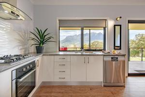 A kitchen or kitchenette at Manna Hill Farm