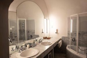 A bathroom at Altstadt Hotel Stadtkrug