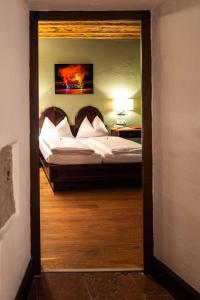 A bed or beds in a room at Altstadt Hotel Stadtkrug