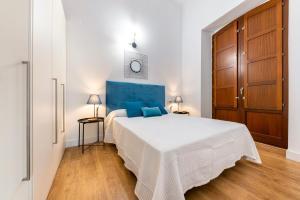 A bed or beds in a room at Apartamentos Rafael Premium