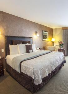 A bed or beds in a room at Golden Arrow Lakeside Resort