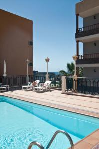 Het zwembad bij of vlak bij Apartamentos Tarahal