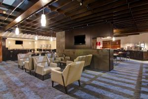 A restaurant or other place to eat at Holiday Inn Oakville Centre, an IHG hotel