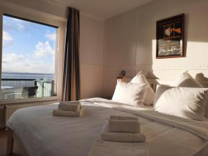 A bed or beds in a room at Beachhotel Sahlenburg - Adults Only - Boutiquehotel & Apartments