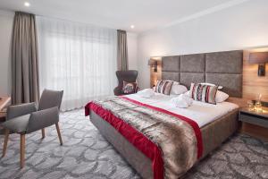 Ein Bett oder Betten in einem Zimmer der Unterkunft Hotel Alpenhof