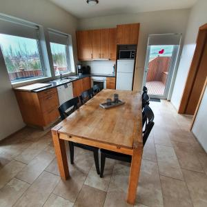 A kitchen or kitchenette at Saeluhus Apartments & Houses