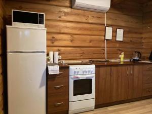 Kitchen o kitchenette sa Kaimo Turizmo Sodyba Šniūrai
