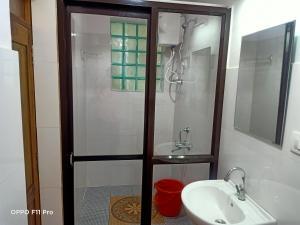 A bathroom at Namaste Yoga Farm