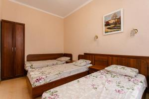 """A bed or beds in a room at Гостевой дом """"Александра плюс"""""""