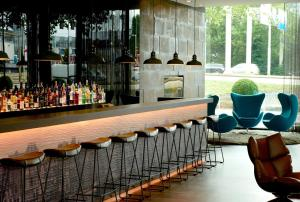 The lounge or bar area at Motel One Amsterdam