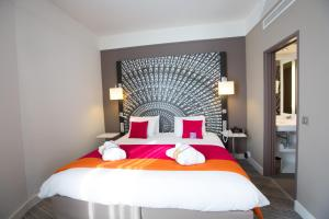 A bed or beds in a room at Mercure Nantes Centre Grand Hotel