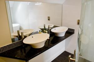 A bathroom at The Maypole at Wellow