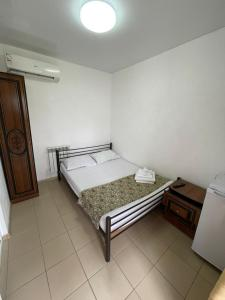 """A bed or beds in a room at Guest House """"Mesto pod solntsem"""""""
