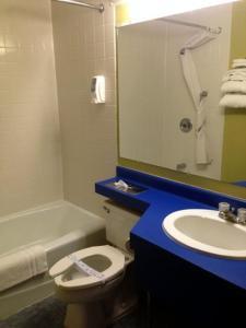 A bathroom at Cedar Inn Motel