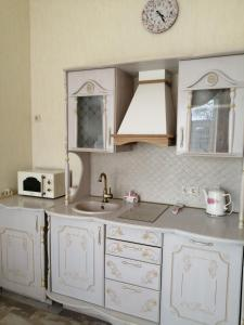 A kitchen or kitchenette at Truveller House F&F