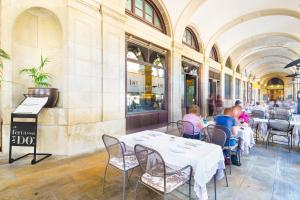 A restaurant or other place to eat at Sonder l DO Plaça Reial