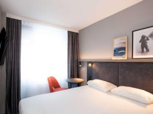 A bed or beds in a room at ibis Styles Den Haag Scheveningen
