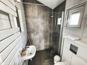 Een badkamer bij Basecamp Tiny House Eco Resort