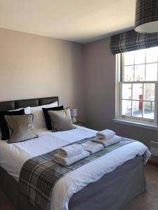 A bed or beds in a room at The Town House
