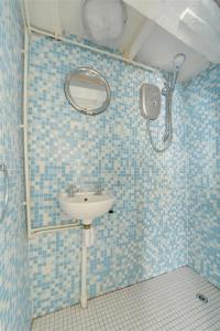 A bathroom at Holiday Home Price Cottage
