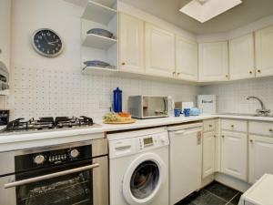 A kitchen or kitchenette at Holiday Home Cross Keys