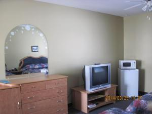 A television and/or entertainment centre at Motel Parc Beaumont Inc.