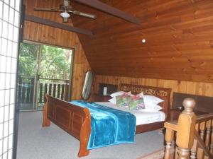 A bed or beds in a room at Springbrook Mountain Chalets