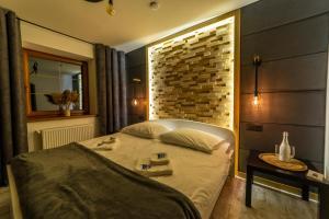 Łóżko lub łóżka w pokoju w obiekcie Promenada Apartamenty i Domek Nad Jeziorem