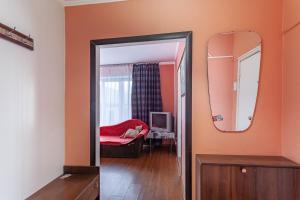 Кровать или кровати в номере Economy Brusnika Proletarskaya Apartments on Melnikova