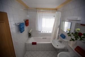 Ein Badezimmer in der Unterkunft Hotel Erzhausener Hof