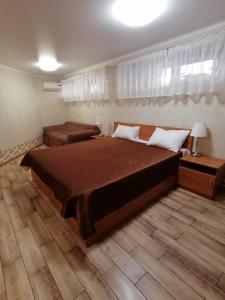 Кровать или кровати в номере Бридж Хаус Отель Сочи