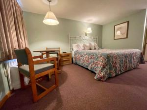 A bed or beds in a room at Viking Shores Motor Inn