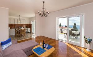 A seating area at Apartments Villa Enzian