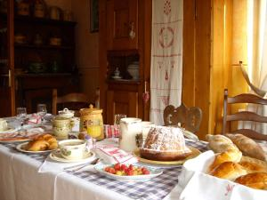 Breakfast options available to guests at Le Jardin de l'Ill