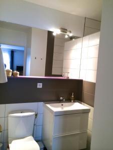 A bathroom at Zentral Studio