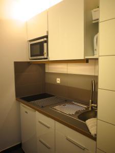 A kitchen or kitchenette at Zentral Studio