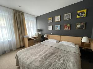 Gulta vai gultas numurā naktsmītnē Jazz Hotel Navalis, Tubinas Hotels