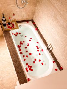 A bathroom at Flame Hotel Canela