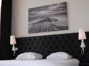 A bed or beds in a room at Hotel Le Parisien