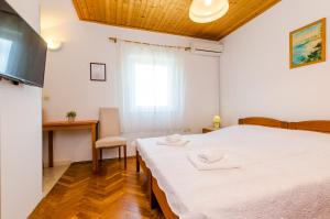 A bed or beds in a room at Apartments Mali Paradiso