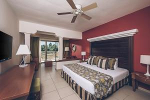 A bed or beds in a room at Iberostar Selection Praia do Forte