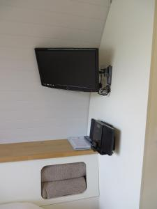 A television and/or entertainment centre at Eriskay B&B and Aviemore Glamping
