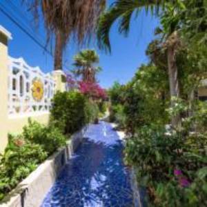 A piscina localizada em Sunflower Villa Studios Mesonnetje ou nos arredores