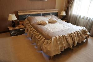 A bed or beds in a room at Luxe Lankaran Hotel