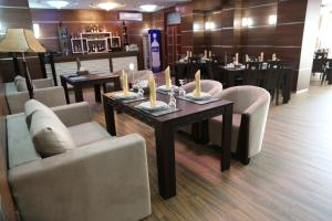 A restaurant or other place to eat at Luxe Lankaran Hotel