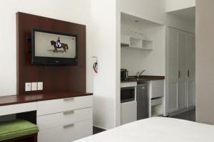 Uma TV ou centro de entretenimento em Trupial Hotel & Casino