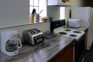 A kitchen or kitchenette at Gîte le 812