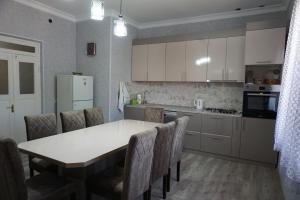 A kitchen or kitchenette at Araksi apin hyuratun
