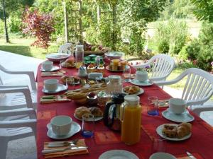 Breakfast options available to guests at Chambres d'Hôtes de l'Auraine