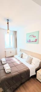 A bed or beds in a room at Dolce Riva Downtown apartment